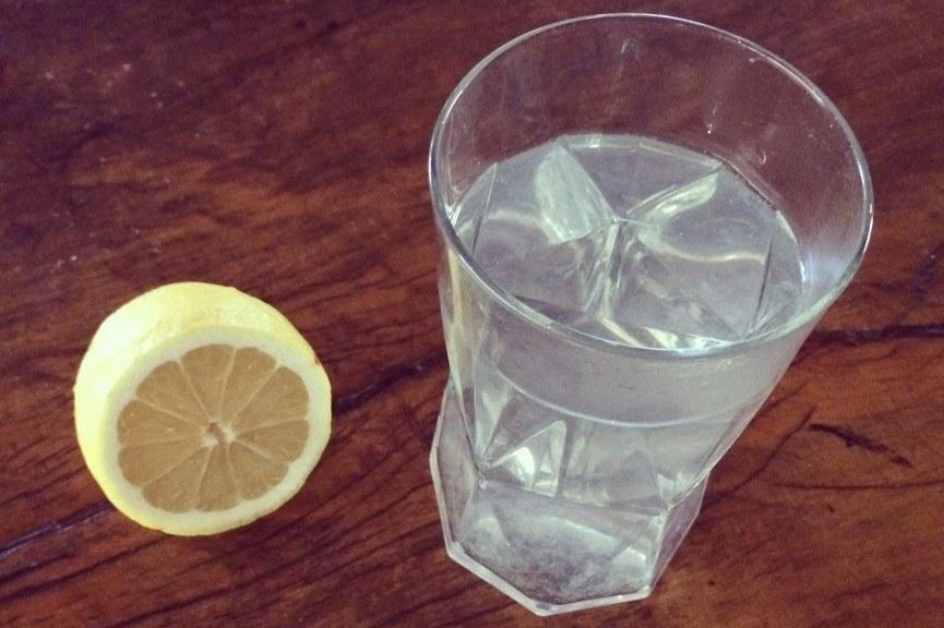 Стакан воды и лимон