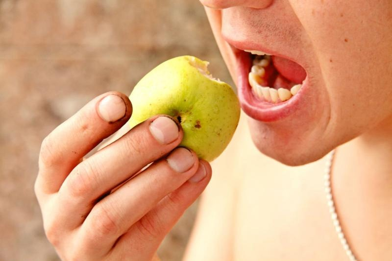 Употребление недостаточно обработанных фруктов